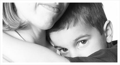 Criança triste nos braços da mãe